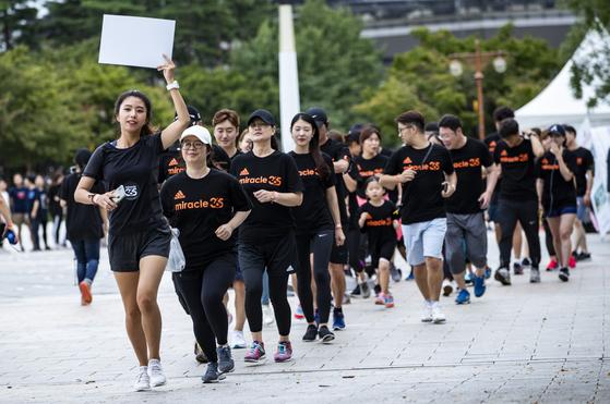 행사 참가자들이 아이스버킷 챌린지에 앞서 달리기를 하고 있다.박종근 기자