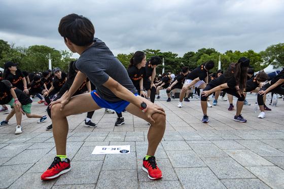 행사 참가자들이 달리기 시작 전 몸을 풀고 있다.박종근 기자