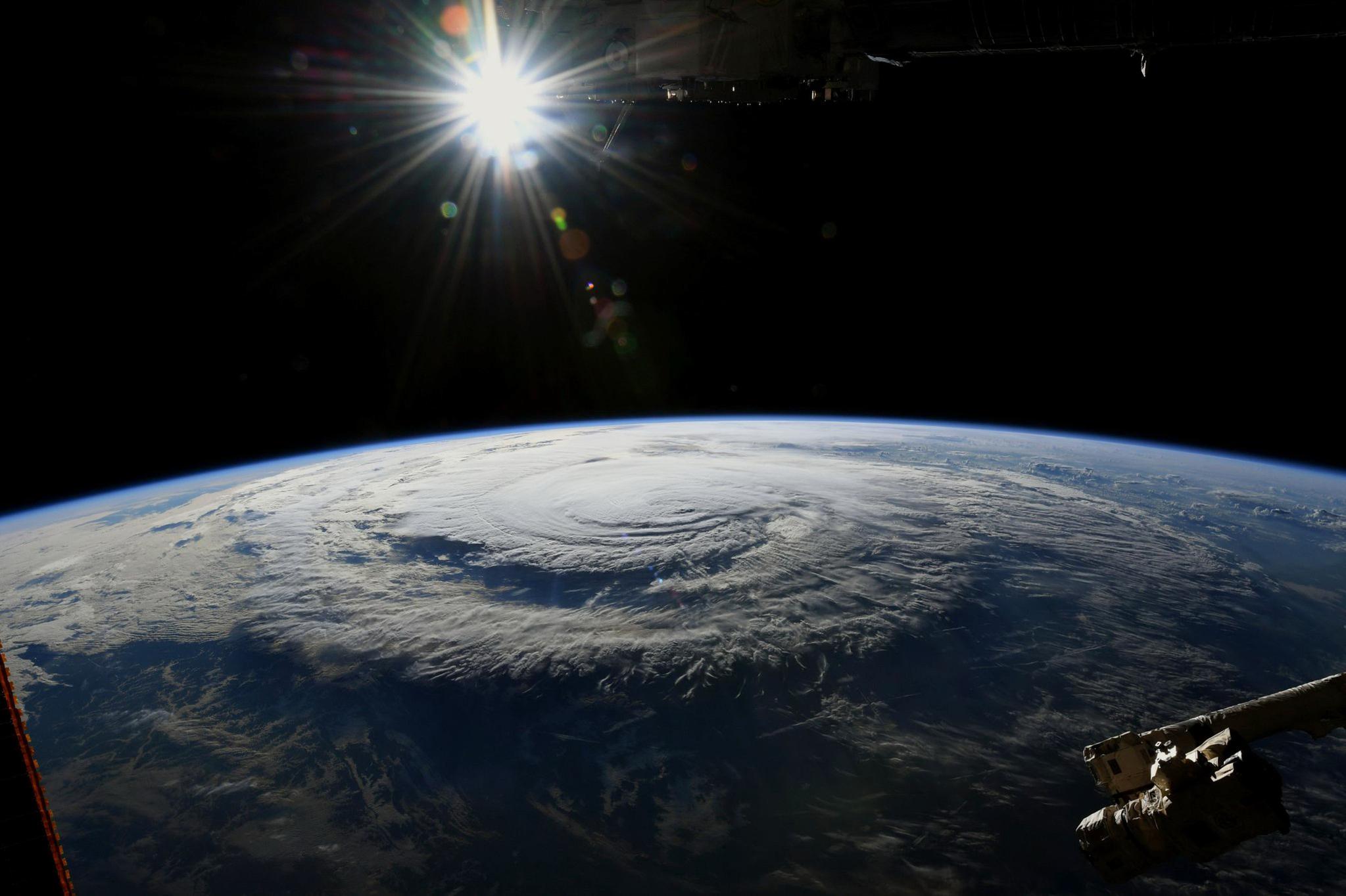 14일 현재 허리케인 플로렌스를 국제우주정거장에서 촬영한 모습. 우주비행사 릭키 아놀드가 촬영했다. [NASA / AFP=연합뉴스]