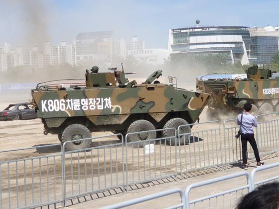 육군이 DX 코리아 2018에서 선 보연 차량형 장갑차. 바퀴가 3쌍(6개)인 K806과 4쌍(8개)인 K808이 있다. 차륜형 장갑차도 보병의 기동화의 핵심 장비다. 이철재 기자