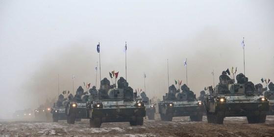지난 2016년 2월 육군 제20 기계화보병사단(양기사) 전투장비 기동훈련. 이날 훈련에는 K2전차, K21장갑차, K9 자주포,K30복합비호 등 총 300대가 동원됐다. 육군은 20사단처럼 기갑부대는 아니더라도 차량과 장갑차로 알보병을 기동화하는 부대로 전면개편할 예정이다. [중앙포토]