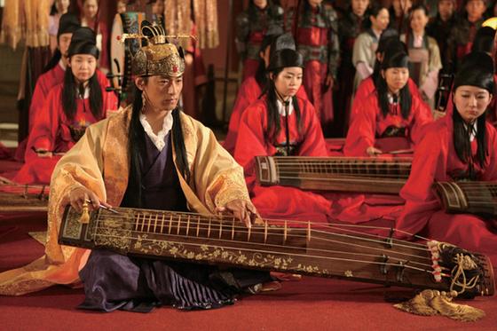 몽골 간섭기를 배경으로 고려왕과 몽골공주 출신의 왕비, 호위무사의 삼각관계를 다룬 영화 '쌍화점'