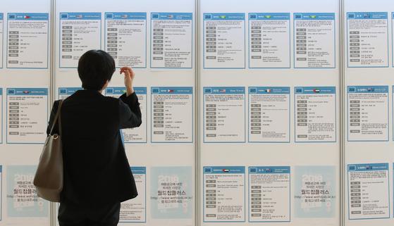 서민 소득 늘리겠다는 소득주도성장…서민 일자리 집중 타격
