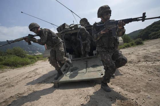 2017년 7월 강원도 철원군 지포리 훈련장에서 수도기계화보병사단 소속 K21 보병전투차에서 보병들이 하차 전투훈련을 하고 있다. [연합]