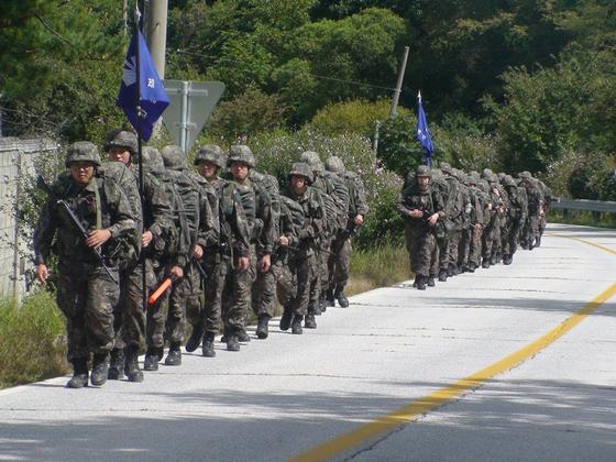 육군 장병이 행군을 하는 모습. [사진 육군]