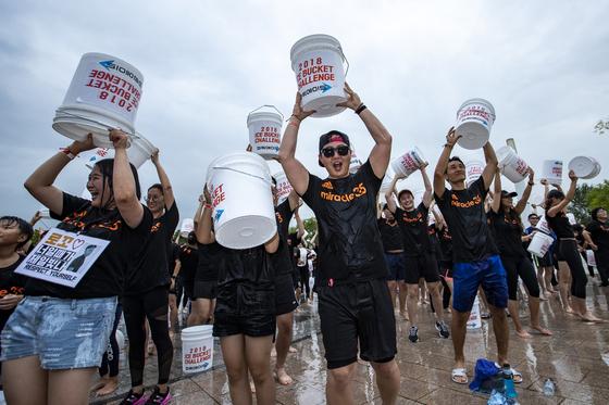 아이스버킷챌린지를 마친 참가자들이 환호하고 있다. 박종근 기자