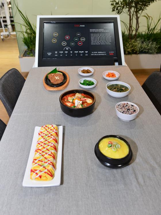 KIST가 스마트 테이블. 인공지능 기술을 활용해 식탁 위에 있는 반찬을 인식해 칼로리 등을 자동으로 계산해 준다. [사진 KIST]