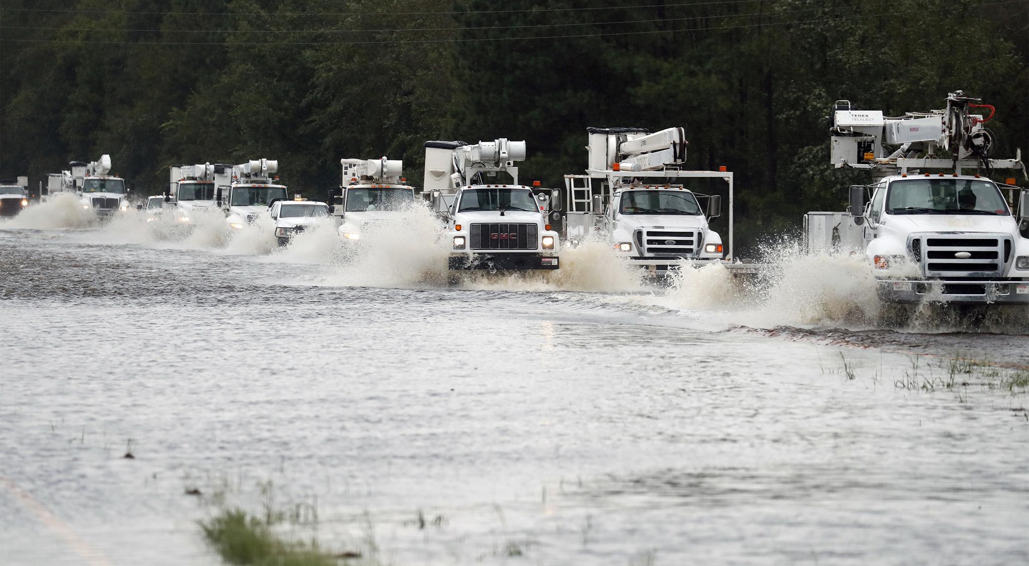 재난구호 차량들이 15일 노스캐롤라이나 킨스턴 지역을 달리고 있다. [AP=연합뉴스]