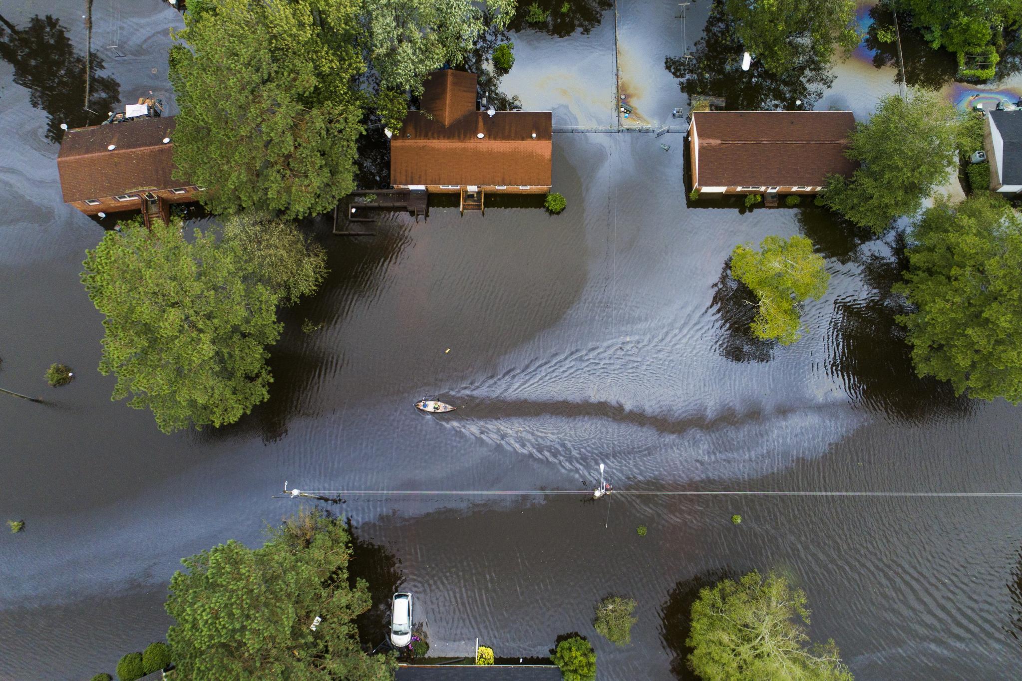 노스캐롤라이나 뉴번 지역의 주택가가 폭우로 잠겨있다. [EPA=연합뉴스]
