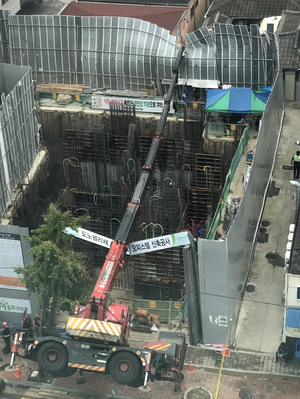 16일 오전 7시40분쯤 서울 영등포구 신길동 한 공사현장에서 작업 중이던 22t 대형 크레인이 전복됐다. 이 사고로 가로등과 공사장 안전펜스가 일부 붕괴했으나 인명피해는 없었다. [사진 독자=연합뉴스]