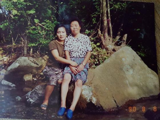 20~30년 전쯤 여동생 내외가 부모님을 모시고 한티재 계곡으로 물놀이 가서 찍은 사진이 한장 남아있다. 왼쪽이 여동생, 오른쪽이 엄마다. 올해 57세인 여동생과 환갑인 나는 당시 58세에 돌아가신 엄마 이야기를 많이 하곤 한다. [사진 송미옥]