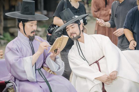 영화 '명당'으로 세 번째 호흡을 맞춘 배우 유재명과 조승우 촬영 막간 모습. [사진 메가박스중앙 플러스엠]