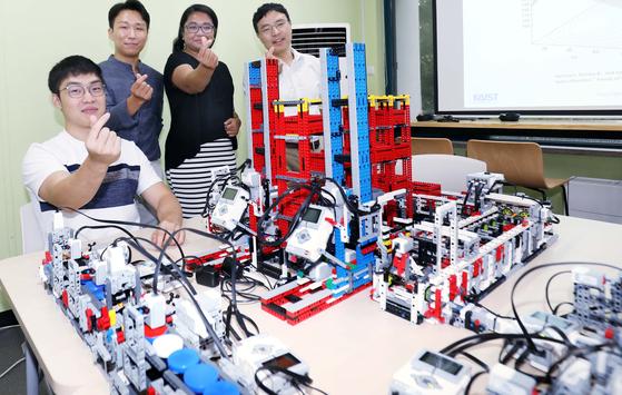 카이스트 산업및시스템공학과 장영재 교수(오른쪽에서 첫번째)와 학생들이 31일 레고로 생산설비 모형을 직접 만들어 수업에 활용하고 있다. 프리랜서 김성태