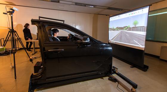 포스텍 산업경영공학과에서 쓰이는 운전자 주행 시뮬레이션 차체와 데이터 분석 자료. [사진 유희천 교수 제공]