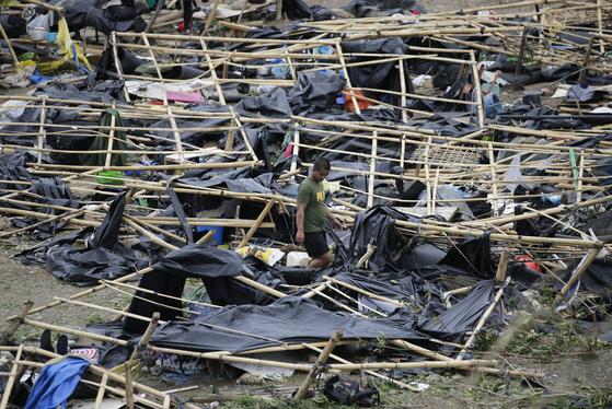 태풍 망쿳의 영향으로 무너져내린 필리핀 카가안 한 대피처. 잔해 사이를 경찰이 오가고 있다. [AP=연합뉴스]