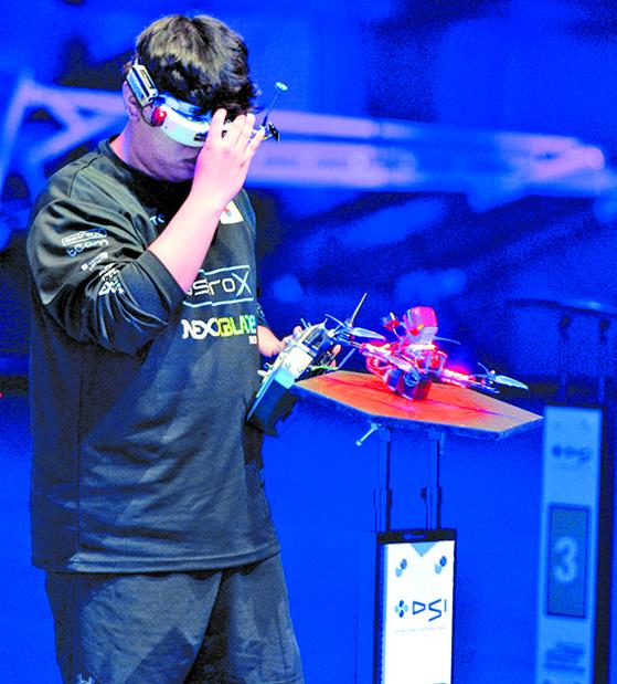 실시간으로 전송되는 영상이 담긴 1인칭 시점 고글을 쓴 한국 대표팀 AstroX 선수가 경기를 준비하는 모습. [뉴시스]