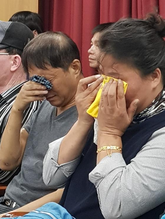 오거돈 부산시장의 기자회견 도중 오열하는 형제복지원 사건 피해자 가족들. 황선윤 기자
