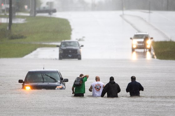 15일 허리케인 플로렌스의 영향으로 폭우가 쏟아진 노스캐롤라이나에서 구조대가 시민을 피신시키고 있다. [EPA=연합뉴스]