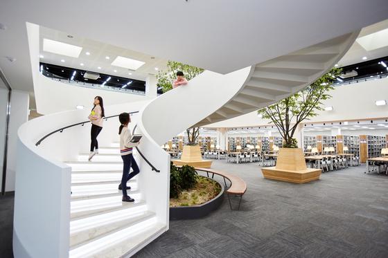 광운대 중앙도서관은 디자인이 세련되고 ICT 시설이 잘 갖춰져 국내외 도서관 관계자들이 견학을 많이 온다고 한다. [사진 광운대]