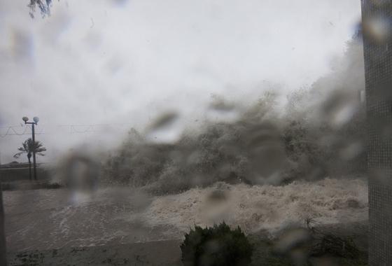 16일 오전 태풍 망콧이 홍콩에 상륙한 가운데, 홍콩 정부는 최고 경계등급인 '시그널 10'을 발령했다. [EPA=연합뉴스]