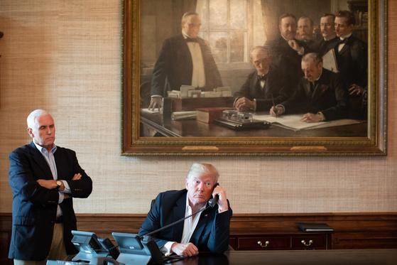 도널드 트럼프 미 대통령과 마이크 펜스 부통령이 15일 백악관에서 전화로 허리케인 플로렌스 피해 상황을 보고 받고 있다. [사진 백악관]