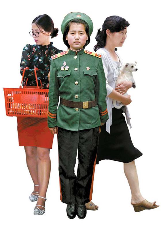 2018년 북한이 변화 중이다. 대형마켓에서 장을 보고(왼쪽), 반려견과 산책에 나선 여성도 등장했다(오른쪽). 2005년 군사학원생 모습과 대비된다. [AP=연합뉴스, 뉴시스]
