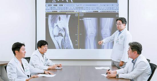 분당제생병원 관절센터 의료진이 무릎 연골판 파열로 관절경 시술을 받은 70세 여성의 재활·통증 치료 방법에 대해 논의하고 있다. 프리랜서 김동하