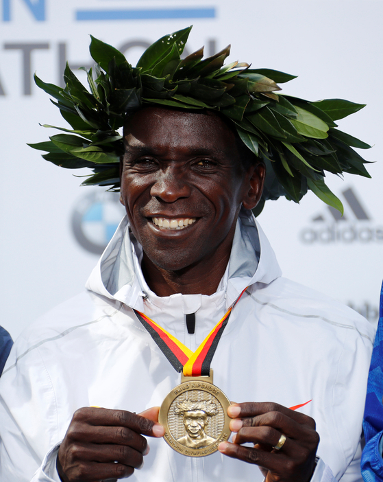 2018 베를린 국제 마라톤에서 금메달을 목에 걸고 활짝 웃는 케냐의 엘리우드 킵초게. [로이터=연합뉴스]