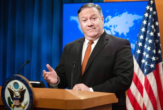 """마이크 폼페이오 미국 국무장관이 14일(현지시간) 기자회견에서 '대북제재는 김정은 위원장에게 비핵화를 설득하기 위한 트럼프 대통령의 노력에 매우 중요하다""""고 강조했다. [AFP=연합뉴스]"""