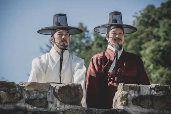 '명당' 촬영 현장의 조승우(왼쪽)와 배우 유재명.