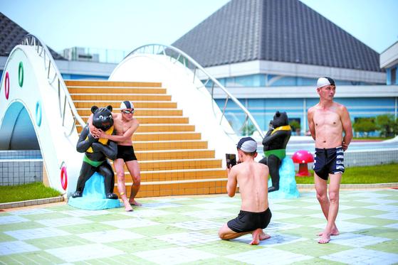 평양 주민들이 평양판 워터파크인 문수물놀이장을 찾아 기념사진을 찍고 있다. 북한 주민 17만 명 이상이 올여름 이곳을 찾아 피서를 즐겼다. [AFP=연합뉴스]