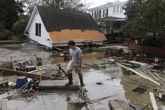 노스캐롤라이나 주민이 허리케인 피해를 입은 집 주변을 정리하고 있다. [AP=연합뉴스]