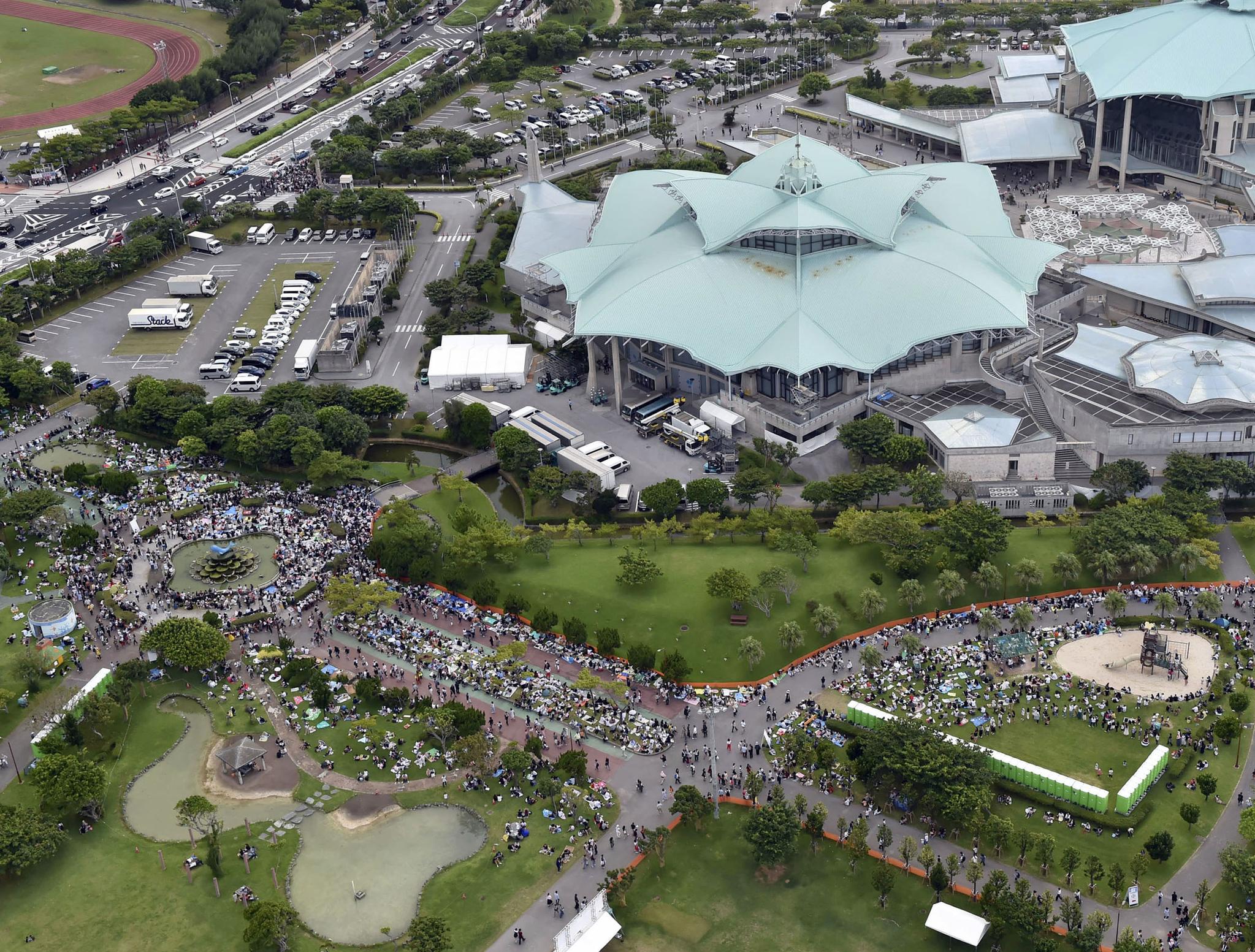 15일 저녁 오키나와(沖繩)현 기노완(宜野彎)시에서 열린 아무로 나미에의 은퇴 기념 콘서트에 몰린 인파. 16일 은퇴를 하루 앞두고 열린 이날 콘서트에는 관객 3천500명이 몰렸고, 표를 구하지 못한 팬들 1천명 이상이 콘서트장 밖에서 흘러나온느 아무로 나미에의 목소리를 들었다. [연합뉴스]
