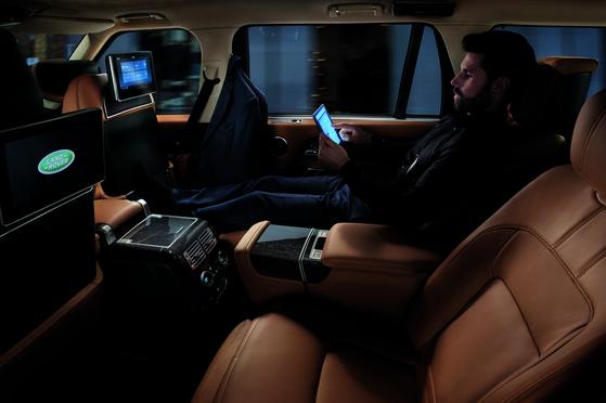 뉴 레인지로버 롱휠베이스는 자갈길·눈길·암반 등 도로 환경에 맞게 다양한 주행모드를 선택하거나 시스템이 자동 설정하도록 할 수 있다. 외부엔 새로 디자인한 프런트 그릴과 리어 LED 램프를 장착했고, 시트엔 핫 스톤 마사지 기능 등 편의사양을 더했다.