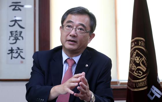 유지상 광운대 총장이 지난달 30일 총장실에서 중앙일보와 인터뷰를 하고 있다. 최승식 기자