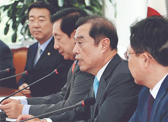 김병준 자유한국당 비상대책위원장(오른쪽 둘째)이 16일 기자간담회에서 발언하고 있다. [연합뉴스]