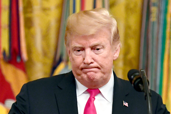도널드 트럼프 미국 대통령이 지난 12일 백악관 에서 연설하던 중 입을 굳게 다물고 있다. 트럼프 대통령 지지율이 급락하면서 11월 중간선거에서 공화당이 참패할 수 있다는 예측이 나오고 있다. [AP=연합뉴스]