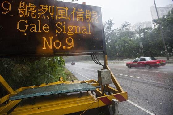 16일 홍콩 정부가 도로상에 태풍 망쿳에 대한 경고판을 걸었다. [EPA=연합뉴스]