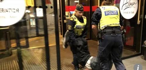중국인 관광객이 스웨덴 경찰에 의해 호스텔에서 쫓겨나는 모습 [사진 홍콩 사우스차이나모닝포스트 캡처]