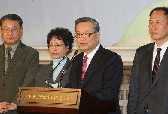 한나라당 인명진 윤리위원장 등 윤리위원들이 2008년 2월 1일 국회 정론관에서 당규에 의한 공천 원칙을 밝히고 있다. [중앙포토]