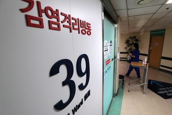 중동호흡기증후군(메르스)의 국내 확진환자가 격리치료중인 가운데 11일 오후 서울 종로구 서울대병원 응급의료센터 감염격리병동에 마스크를 쓴 의료진이 지나고 있다. [뉴스1]