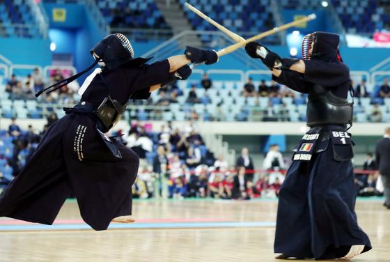 인천 남동체육관에서 열린 세계검도선수권대회에서 영국 선수(왼쪽)가 벨기에 선수를 상대로 머리 공격을 시도하고 있다. [연합뉴스]