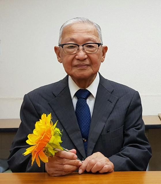 가와사키 시민네트워크를 이끄는 세키다 히로오 대표(90)가 선플운동의 상징인 해바라기를 들고 있다. [사진 선플운동본부]