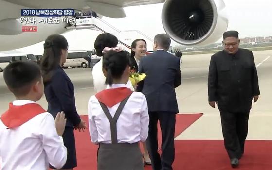 김여정 부부장이 문재인 대통령 내외와 인사를 나누고 있다. [사진 평양공동취재단]