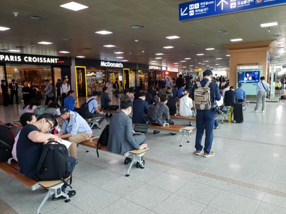 18일 오전 서울역 대합실에서 70여명의 시민들이 TV 뉴스를 통해 남북정상회담을 진행상황을 지켜보고 있다. 이태윤 기자
