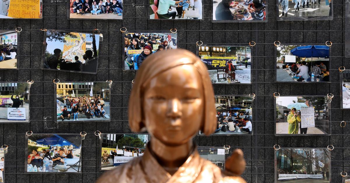 지난달 14일 오후 서울 종로구 중학동 옛 주한일본대사관 앞 평화의 소녀상 뒤로 대학생공동행동의 12·28한일합의 폐기와 일본군성노예제 문제 해결 촉구 소녀상 농성 900일간의 기록 사진이 보이고 있다. [뉴스1]