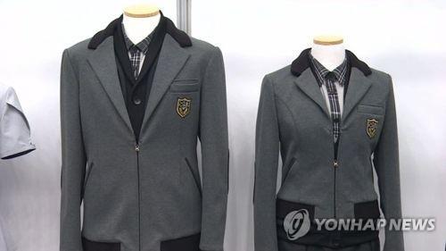 인천시와 인천시교육청이 내년부터 중고교 신입생에게 무상교복을 지원키로 했다. 사진은 기사와 관계없음. [연합뉴스]
