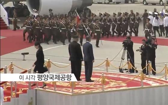 김여정 부부방이 두 정상의 위치를 안내한 뒤 사열대를 내려가고 있다. [사진 평양공동취재단]