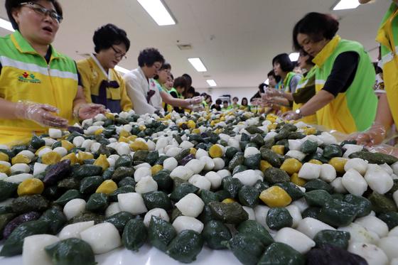 대전 서구청 직원들과 주민들로 꾸려진 자원봉사자들이 18일 지역 소외계층에게 나눠줄 송편을 만들고 있다.[연합뉴스]