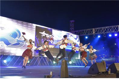 한국외대 체코슬라바키아어과 학생들이 서울 광화문 광장에서 개최된 제28회 세계민속문화축전에서 공연하고 있다.